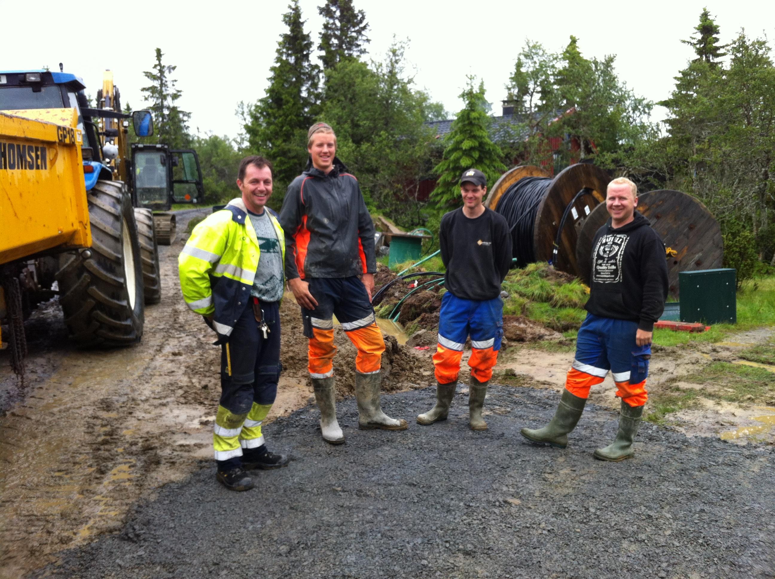 Sten Vidar Hovde, Eidsiva, og tre blide gutter fra Kvarberg AS. Foto: Erik helli